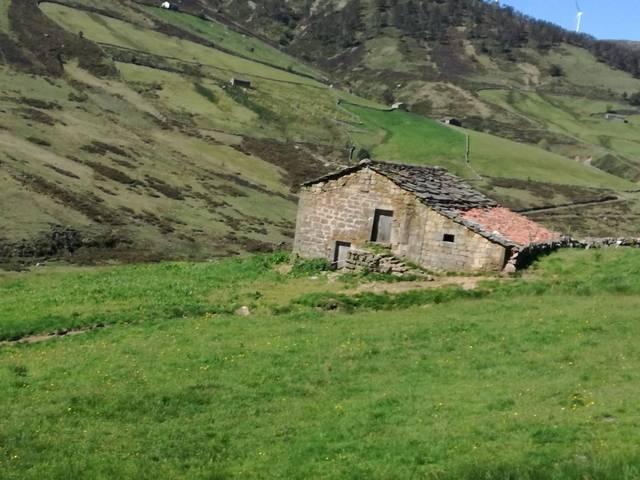 imagen 1 de Venta de finca con cabaña en San Pedro del Romeral (Cantabria)