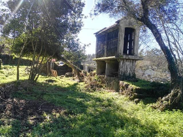 imagen 1 de Venta de terreno con casa y hórreo en Valga