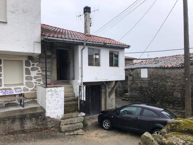 imagen 1 de Venta de casa rural en Nogueira de Ramuin (Ourense)