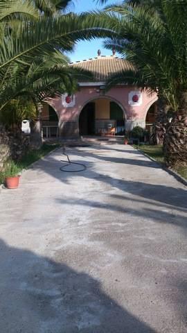 imagen 1 de Venta de parcela con chalet y zona ajardinada en Carmona