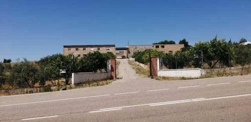 imagen 1 de Venta de finca con varias viviendas y bien ubicada en Lora del Río
